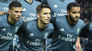 Grimaldo (en el medio) en la foto de equipo en el partido ante el...