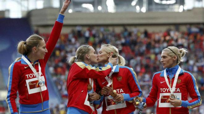 El 4x400 ruso celebra su triunfo en el Mundial de Moscú de 2013. La...