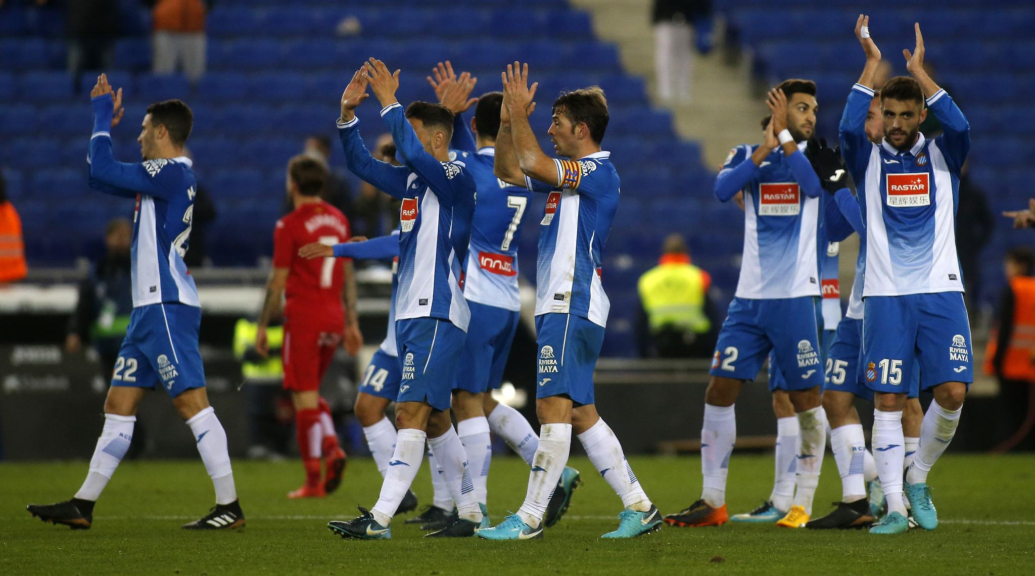 Los jugadores del Espanyol durante el saludo al público