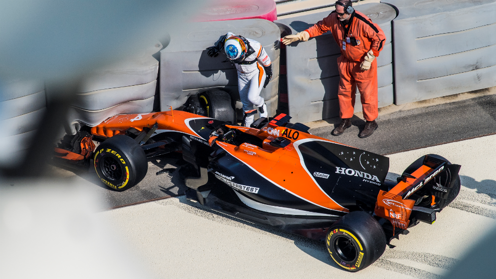 Alonso sale del coche en la curva 19, tras irse contra las...