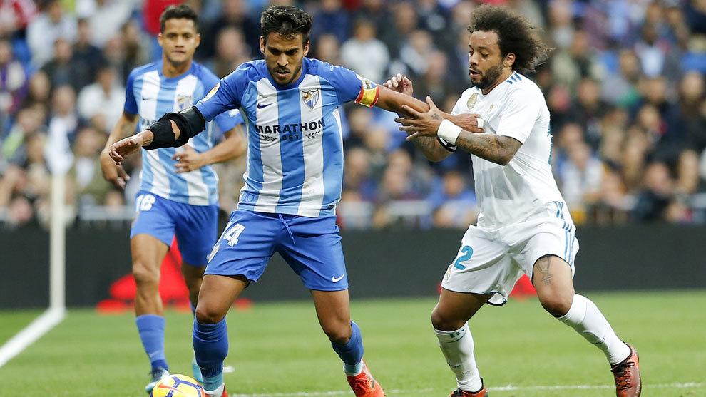 Recio disputa un balón con Marcelo en el partido del Bernabéu.