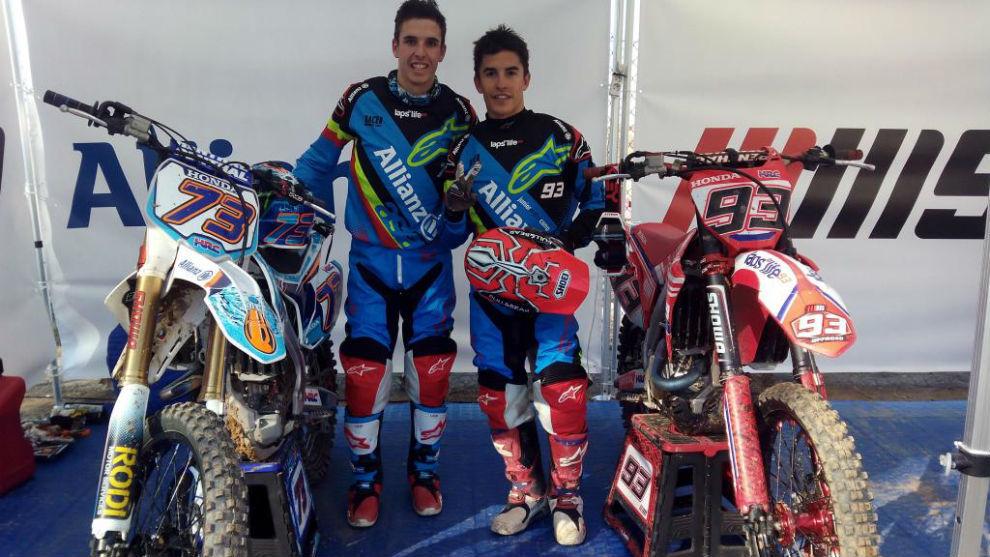 Álex y Marc, con sus motos.