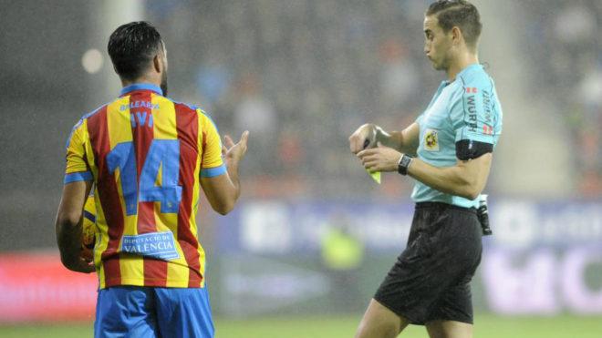 Ivi recibe una amarilla en el partido ante el Eibar.