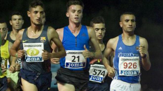 Carlos Mayo (dorsal 21) durante los 5.000 metros del Campeonato de...
