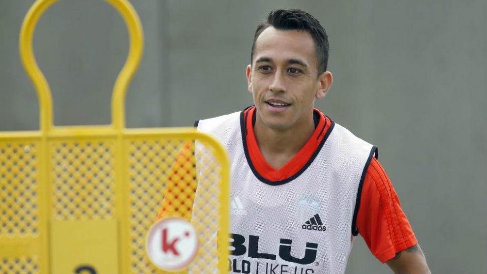 Orellana, en un entrenamiento con el Valencia.
