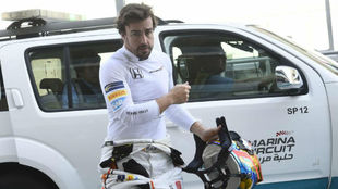 Alonso regresa a boxes tras el accidente, luego volvería a pista.