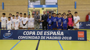 Javier Lozano y Javier Orcaray posan con el trofeo de la Copa de...