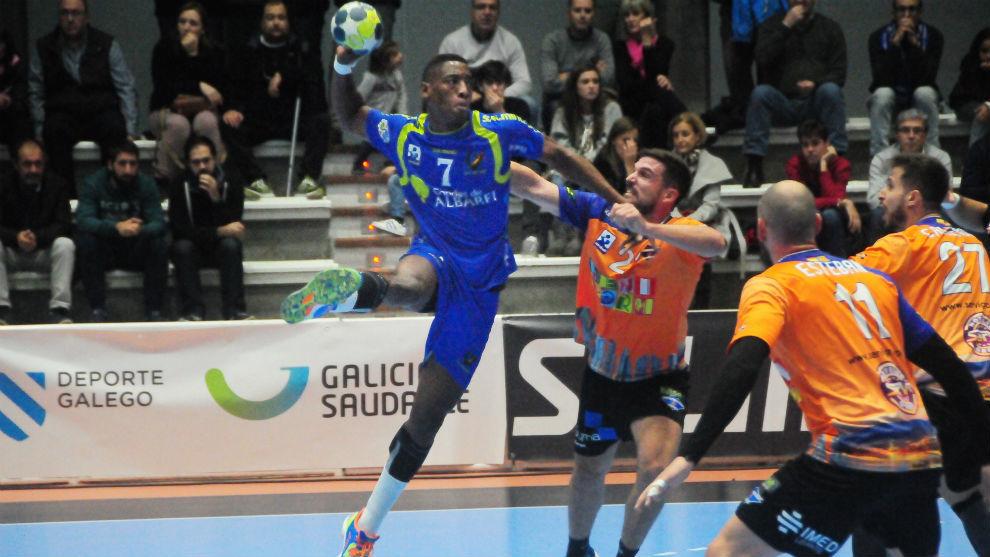 Yoan Balázquez, en un partido de la Liga Asobal contra el Benidorm