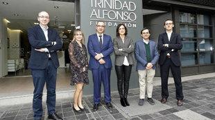 El  jurado de los premios posa en la sede de la Fundación Trinidad...