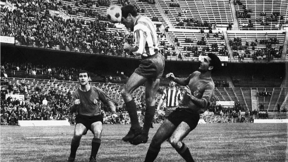 Luis remata de cabeza un balón dentro del área en el estadio del...
