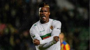 Sory Kaba celebra un gol pidiendo el fin de la esclavitud