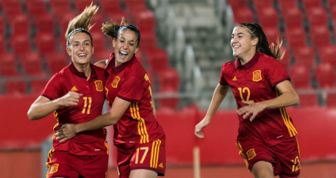Alexia Putellas, Olga García y Patri Guijarro celebran un gol de...