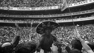 Pelé es llevado a hombros a la conclusión de la gran final.