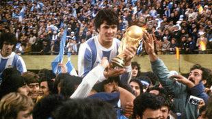 Daniel Passarella sostiene el título conquistado ante Holanda en la...