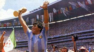 Maradona levanta el trofeo de campeones del mundo.