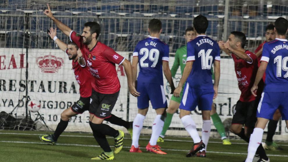 Los jugadores del Formentera celebran el 1-0 de la ida.