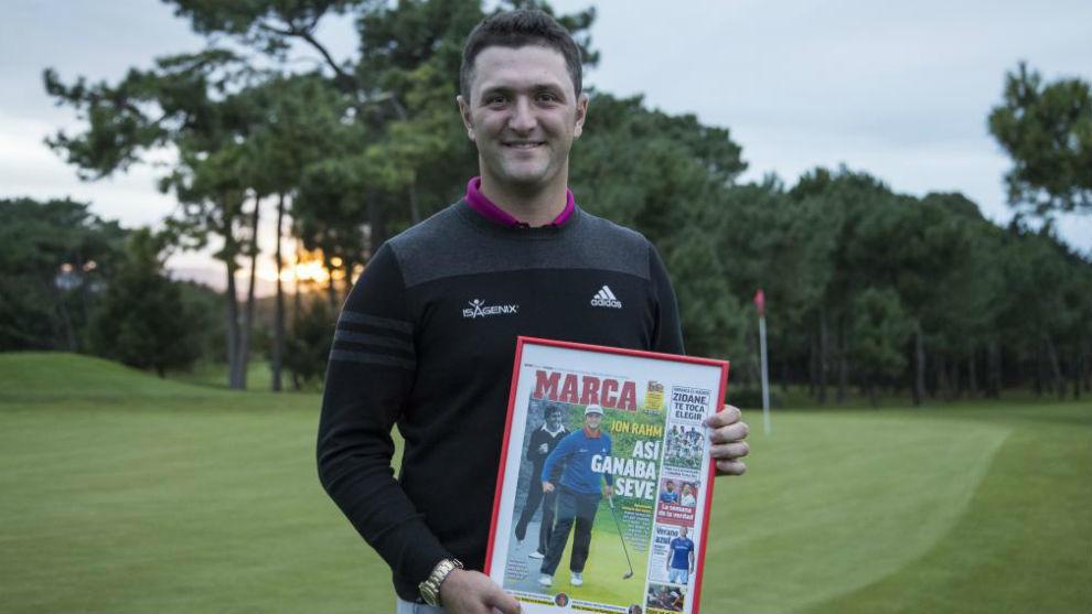 Jon Rahm posa con la portada de MARCA en la Real Sociedad de Golf de...