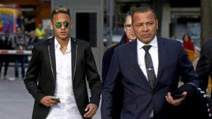 El padre de Neymar camina junto a su hijo