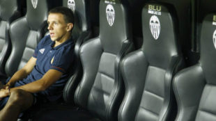 Maksimovic, solo, en el banquillo de Mestalla.