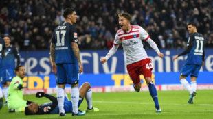 Jann-Fiete Arp celebra tras marcar un gol en el partido entre el...