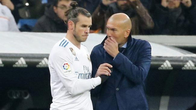 Zidane habla con Bale antes de meterle en el campo.