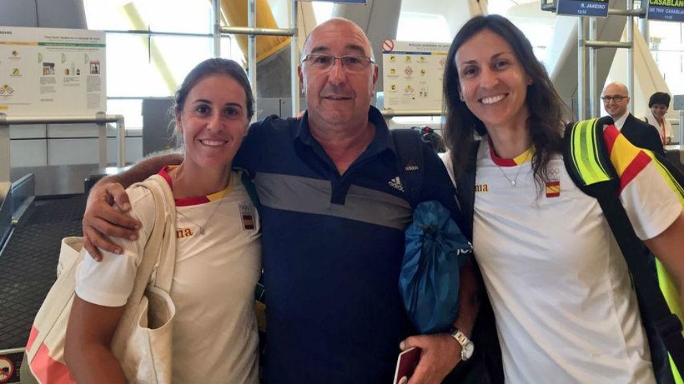 Gonzalo López posa en el aeropuerto junto a Anabel Medina y Arantxa...