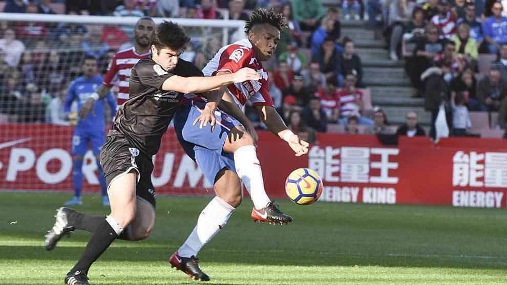 Kunde controla el balón a pesar de la presión de Gonzalo Melero el...