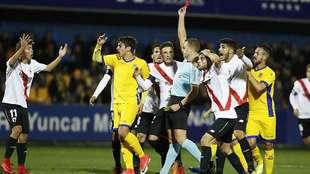 El gallego Eiriz Mata muestra la roja directa al sevillista Pozo en...