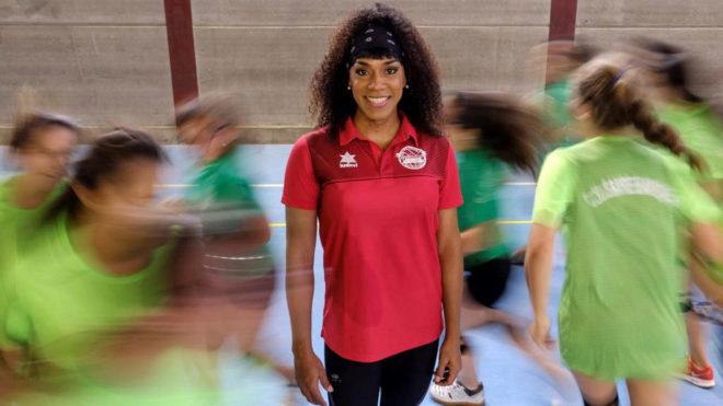 Daira Cova es entrenadora de un equipo femenino
