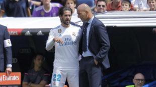 Isco charla con Zidane en un partido de esta temporada