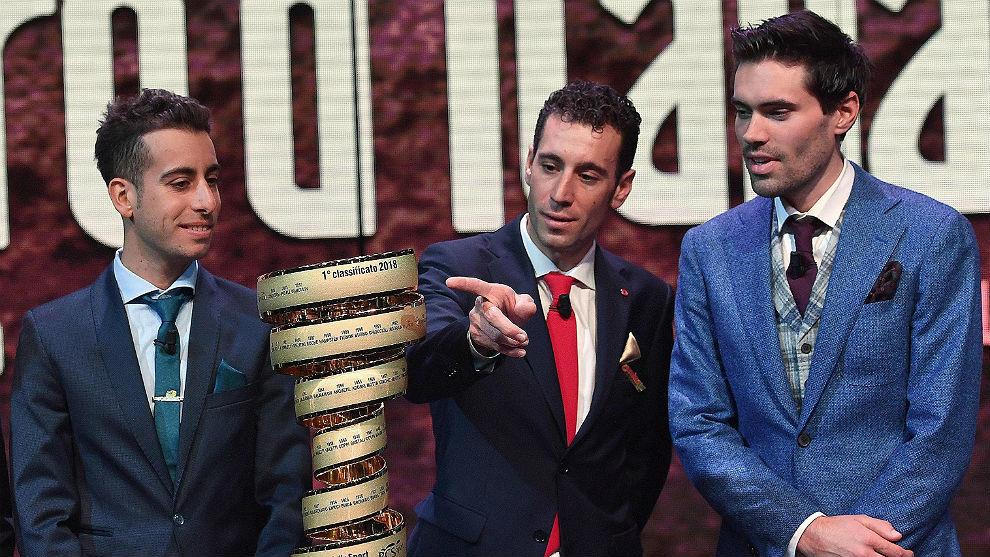Fabio Aru, Vincenzo Nibali y Tom Dumoulin, frente al Trofeo 'senza...