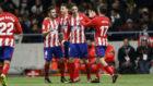Los jugadores del Atl�tico felicitan a Torres por su gol.