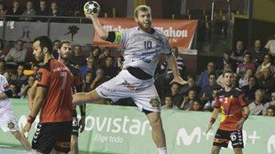 Diego Piñeiro lanza sin oposición a la portería del Granollers.