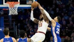 LeBron agarra el bal�n mientras Simmons no se lo pone f�cil