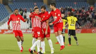 Los jugadores del Almería celebran el gol de Rubén Alcaraz al...