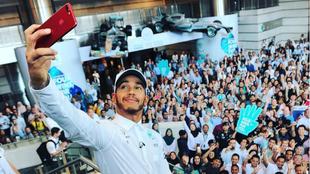 Hamilton se hace un 'selfie' con los empleados de Petronas.