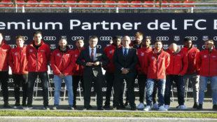 La plantilla del F�tbol Club Barcelona recibi� los Audi para la...