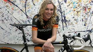 Anna Sanchis posando con una bicicleta.
