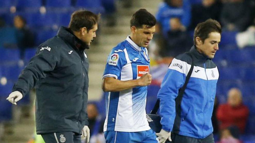 Javi López se retira del campo.