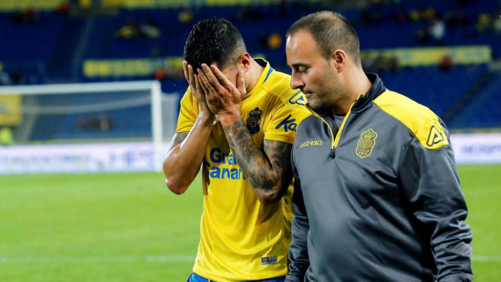 Vitolo (28) se retira llorando frente al Deportivo.