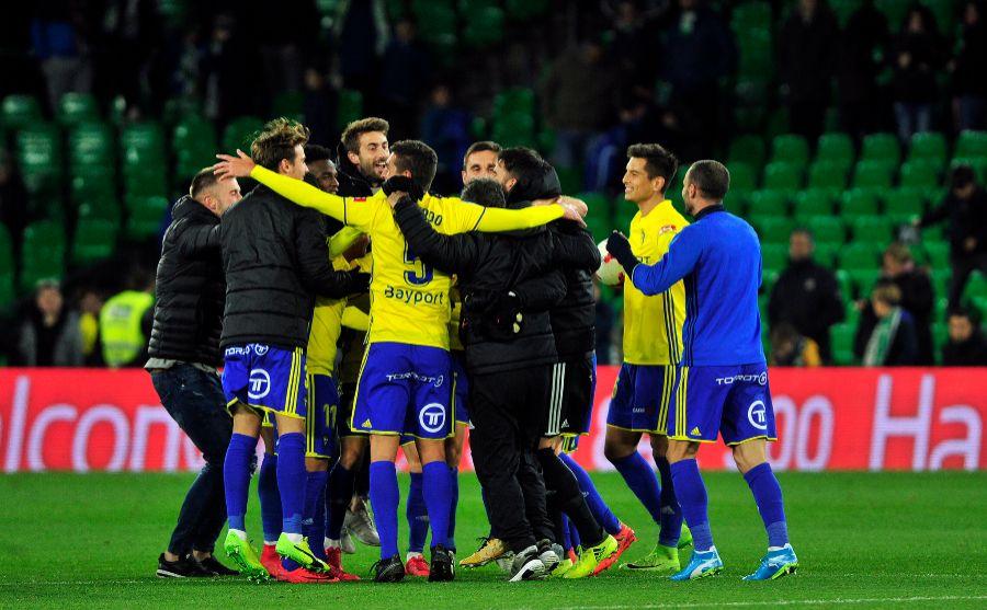 Los jugadores del Cádiz celebran el pase a los octavos de final de la...
