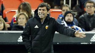 Marcelino da instrucciones durante el partido.