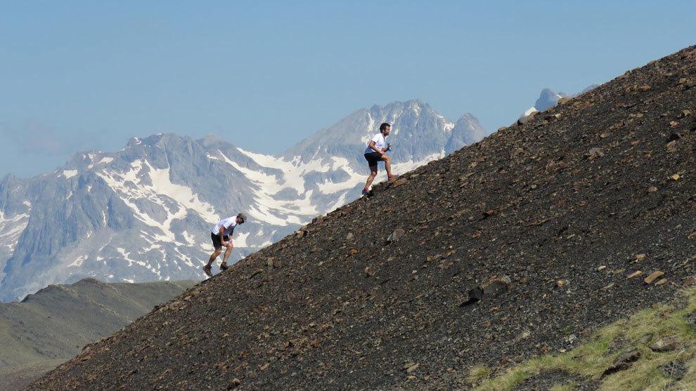 Dos runner en el duro ascenso al pico Estibafreda.
