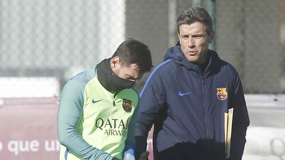 Juan Carlos Unzué, junto a Leo Messi en un entrenamiento del Barça