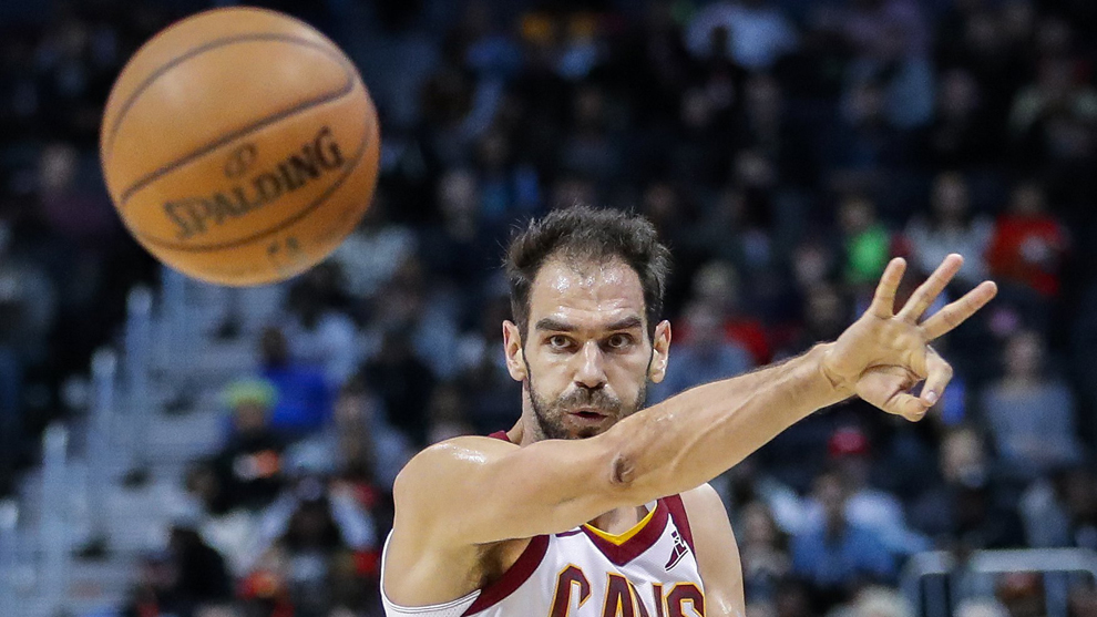 Calderón pasa el balón ante los Hawks