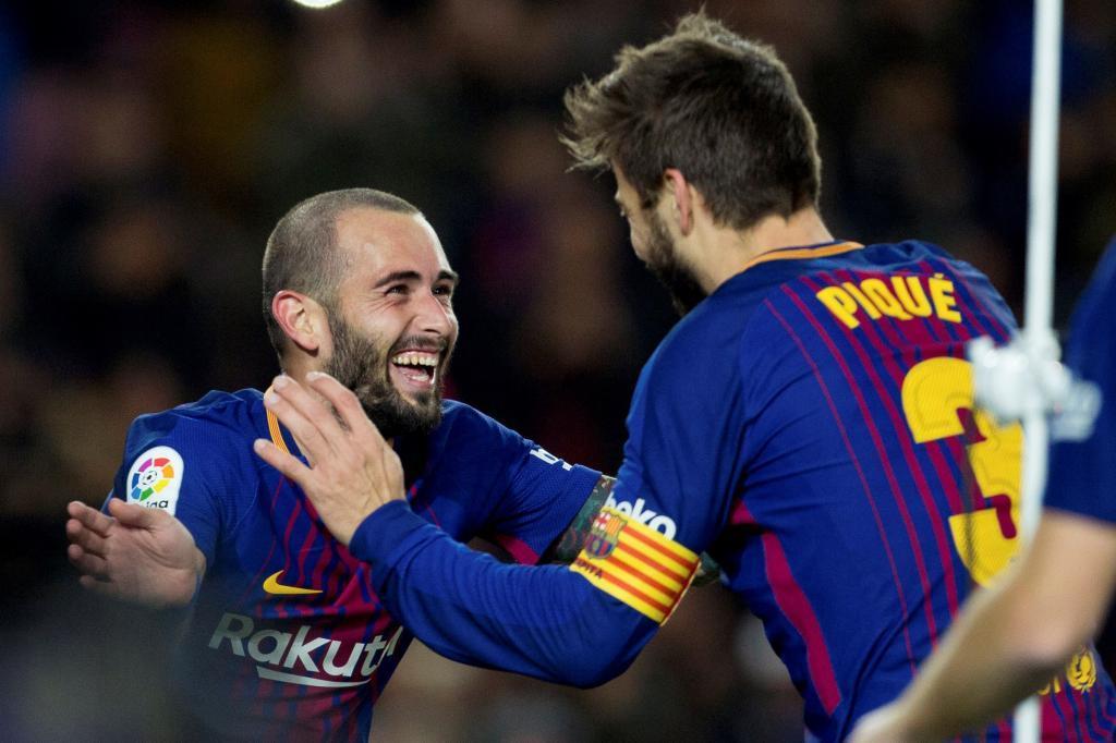Paco Alcácer celebra con Piqué tras marcar ante el Murcia