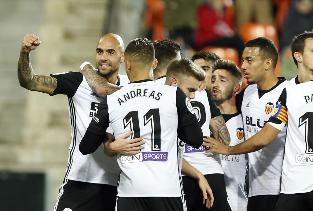 Los jugadores del Valencia festejan tras marcar en su partido contra...