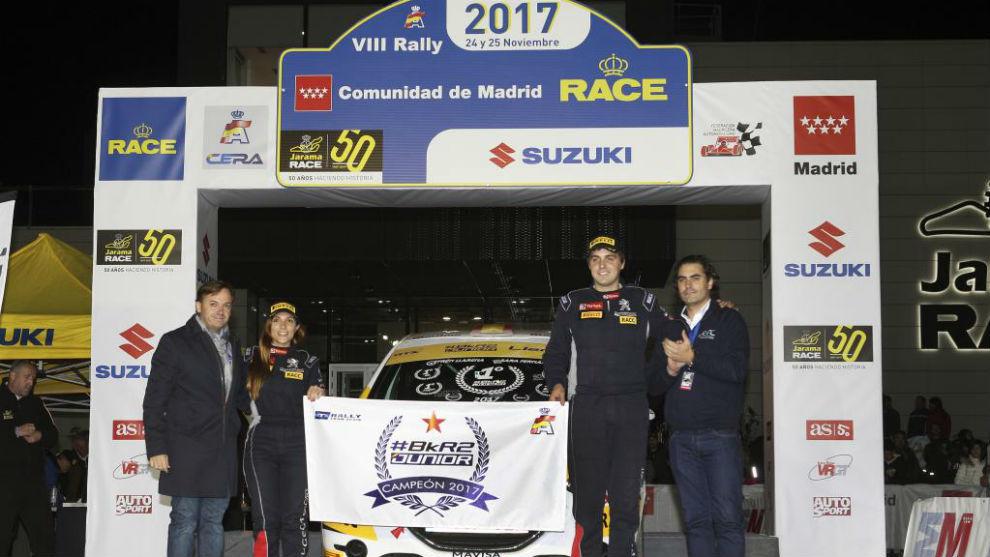El burgalés, en el podio del Rally Comunidad de Madrid junto a su...