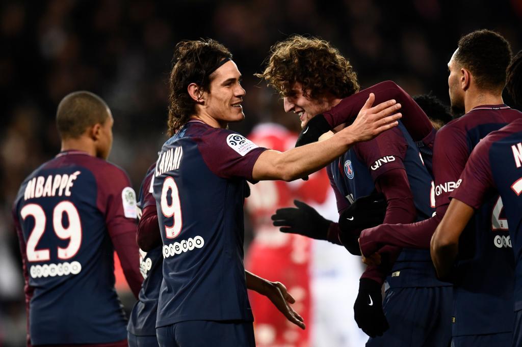 Los jugadores del PSG celebran luego de marcar en su partido frente al...