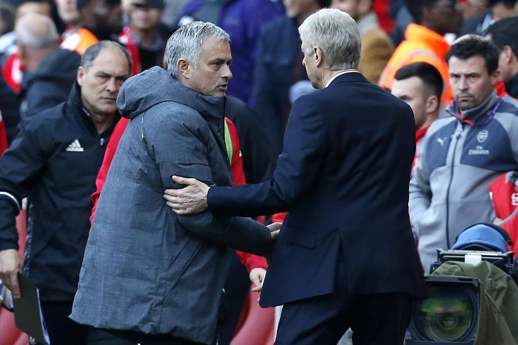 Jose Mourinho y Arsène Wenger se saludan después de un partido entre...